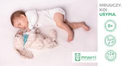 dziecko bawi sie z mrucząco szumiącym króliczkiem mruumi